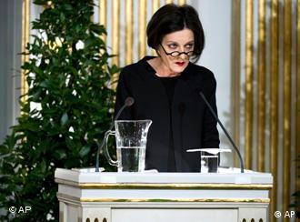 Herta Mueller, în timpul discursului de la Academia Suedeză de la Stockholm