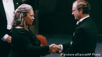 Toni Morrison taking the Nobel Prize in 1993 (picture-alliance/AP Photo)
