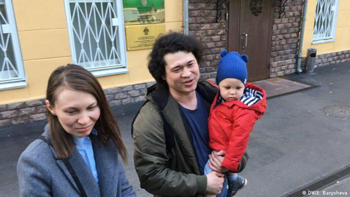 Ольга, Дмитрий и Артем перед зданием СК