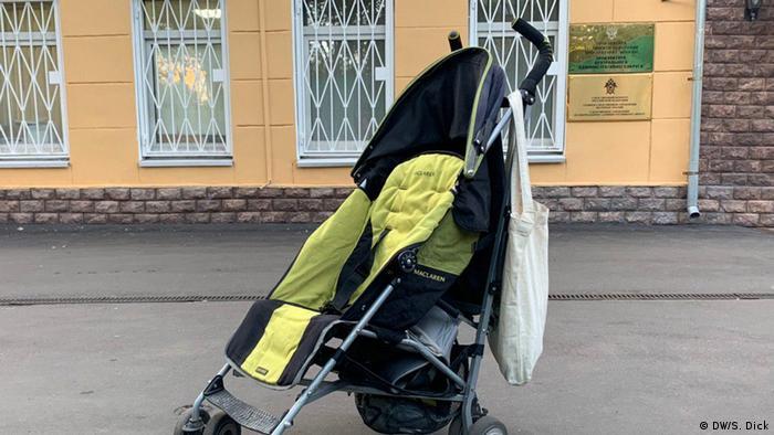Пустая детская коляска