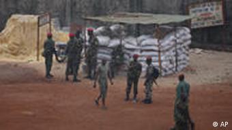 Soldaten vor einem Militärcamp in Conakry (Foto: AP)
