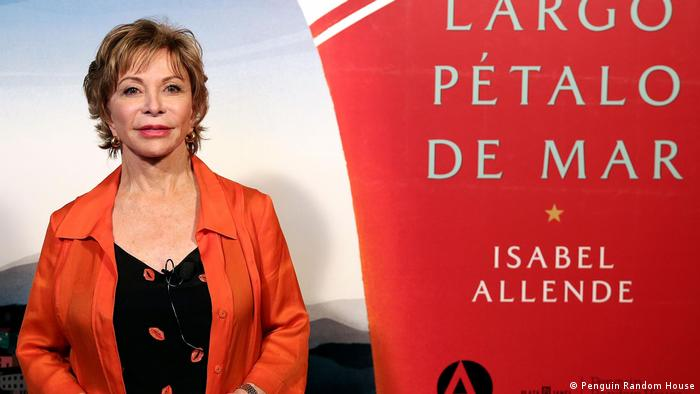 Isabel Allende, chilenische Schriftstellerin, und ihr neue Roman Largo pétalo de mar. (Penguin Random House )