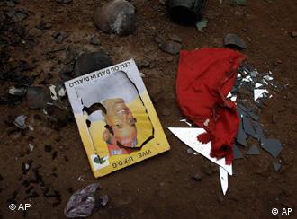Das Poster eines Oppositionellen liegt zerissen im Sand nachdem Soldaten eine Kundgebung von Oppositionsanhänger gestürmt hat (Foto: AP)
