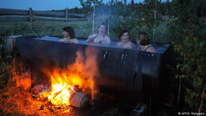 BdTD Russland Bobrovka Frauen Lettischer Minderheit baden in riesiger Wanne (AFP/A. Malgavko)