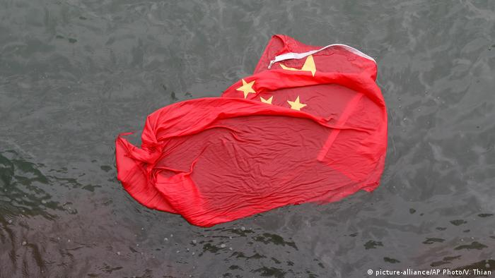 A Chinese flag floats in the water, where it was thrown by protesters during a demonstration in Hong Kong on Saturday, Aug. 3, 2019. (picture-alliance/AP Photo/V. Thian)
