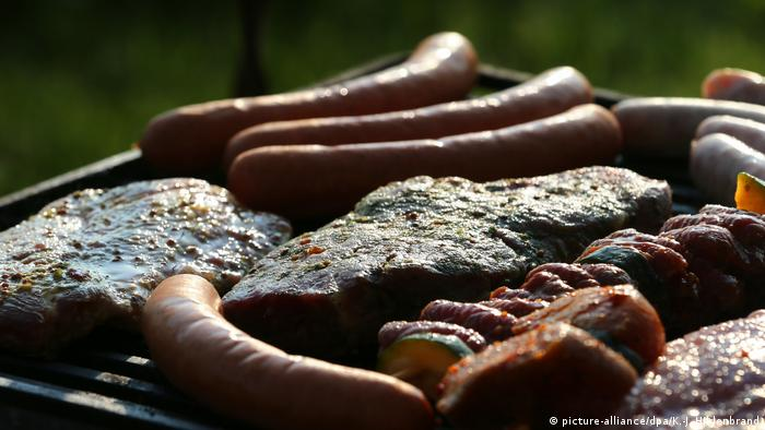 Sausages and steaks on a grill (picture-alliance/dpa/K.-J. Hildenbrand)