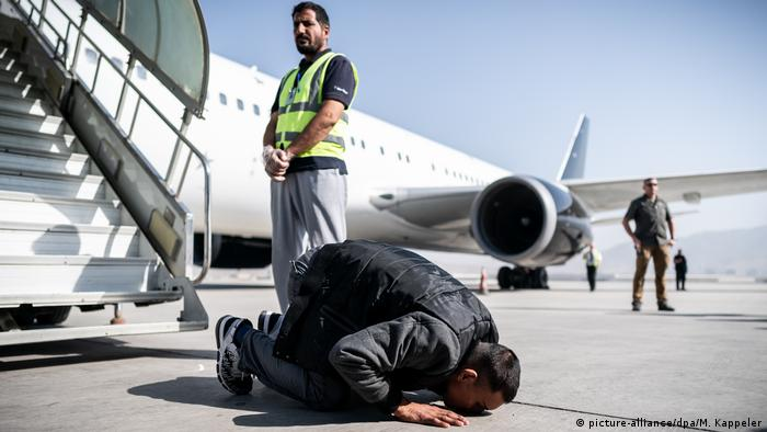 Abschiebeflug nach Afghanistan (picture-alliance/dpa/M. Kappeler)