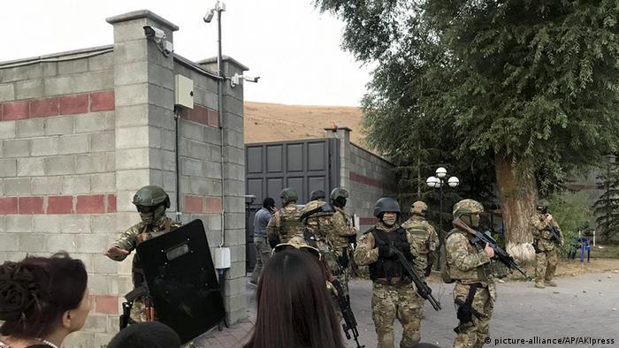 Спецназ у особняка Атамбаева