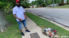Michael Brown Sr. am Memorial für seinen verstorbenen Sohn und mit der Baseball Cap, die an ihn erinnert. Schlagworte: Ferguson, Michael Brown, Rassismus, Polizeigewalt Quelle: DW/ C. Bleiker.