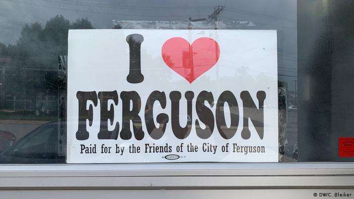 Надпись в витрине: Я люблю Фергюсон