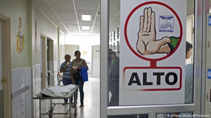 Fiebre del dengue en Honduras: pacientes esperan en un hospital de Tegucigalpa.