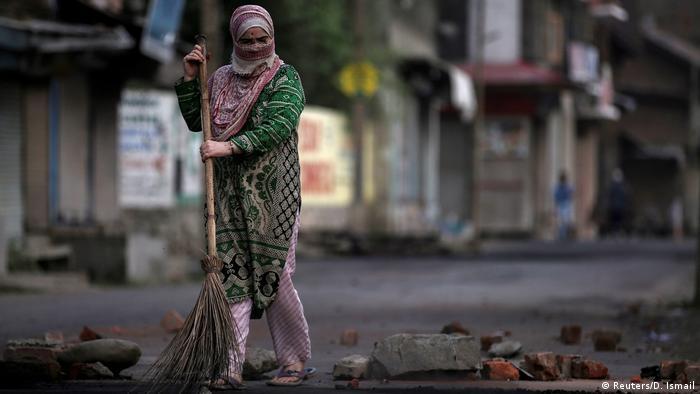 BdTD Kaschmir Unruhen | Frau fegt die Straße (Reuters/D. Ismail)