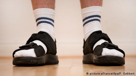 Männerfüße in weißen Socken und Sandalen (picture-alliance/dpa/F. Gabbert)