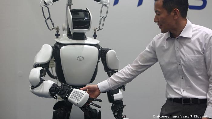روبوت بتكنولوجيا الذكاء الاصطناعي لأداء الأعمال المنزلية