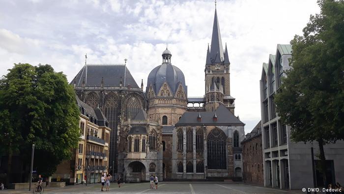Ахенський собор Ахенський собор відомий тим, що майже всі німецькі королі до 1531 року коронувалися в його каплиці. Тут був похований імператор Карл Великий. Ця велична історична пам'ятка стала першим німецьким об'єктом Всесвітньої спадщини ЮНЕСКО.