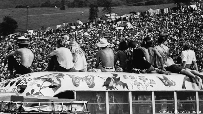 Woodstockbesucher sitzen auf dem Dach eines Busses