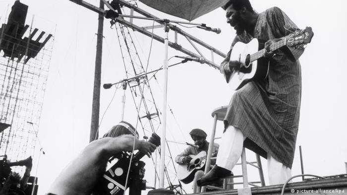 Ričard Pirs -Riči- Hejvens (1941-2013) je prvi nastupio. Kada se vratio na bis, improvizovao je Motherless Child, (Dete bez majke) pesmu o vremenu ropstva i čežnji robova za domovinom. Tamnoputi Hejvens tu pesmu je uvek interpretirao kroz ritam i kao krik za slobodom. Nastup na Vudstoku učinio ga je slavnim.