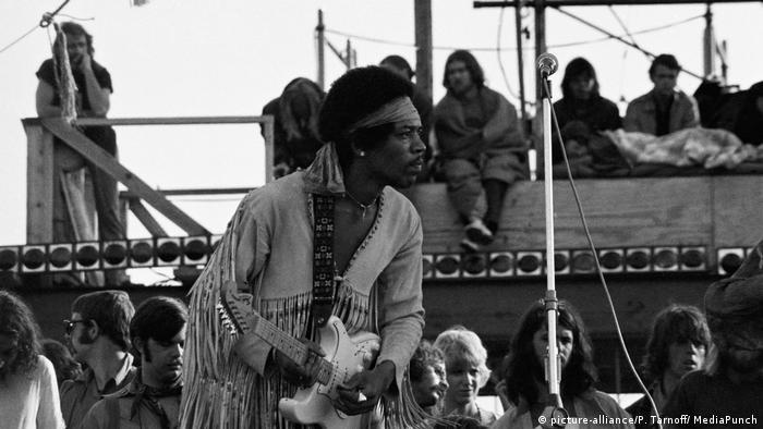 I za kraj, podsećamo na legendarno Izvođenje himne SAD pred sam kraj festivala i genijalnog Džimija Hendriksa (1942-1970). Na svojoj gitari Fender Stratokaster on je svima poznatu melodiju himne odsvirao improvizujući neke delove tako da zvuče preteći, kao direktan prenos sa ratišta. A taj jedan instrument, zvučao je kao čitav orkestar. Ako niste čuli - poslušajte: https://youtu.be/TKAwPA14Ni4