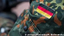 09.06.2018, Sachsen, Dresden: Die Fahne von Deutschland ist auf dem Uniform eines Soldaten aufgenäht, aufgenommen beim Tag der Bundeswehr. Foto: Monika Skolimowska/dpa-Zentralbild/dpa | Verwendung weltweit