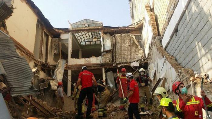 بر اثر ریزش یک ساختمان در حال تخریب در تهران سه کارگر جان باختند. نیروی انتظامی در حال بررسی علل وقوع این حادثه است.