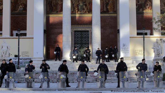 Ελλάδα 2015 | Αστυνομικοί μπροστά στο Πανεπιστήμιο Αθηνών