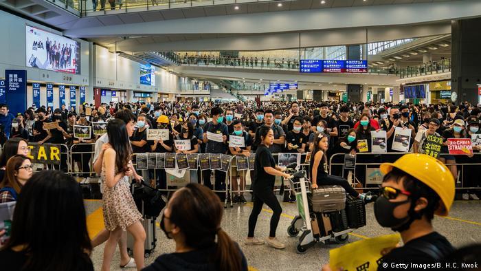 Hong Kong | Proteste am Flughafen gegen das Auslieferungsgesetz (Getty Images/B. H.C. Kwok)