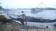 Indien Monsunregen & Überschwemmungen in Kerala (picture-alliance/AP Photo/P. Elamakkara)