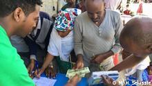 Äthiopien Vertriebene nehmen Geld von Beamten