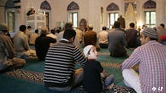 Muslime beten in Berliner Moschee