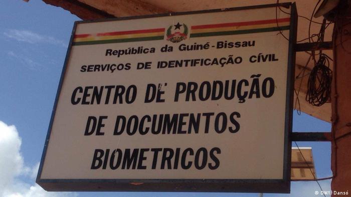 Guinea-Bissau Eingang der Personalausweisbehörde in Bissau (DW/I. Dansó)
