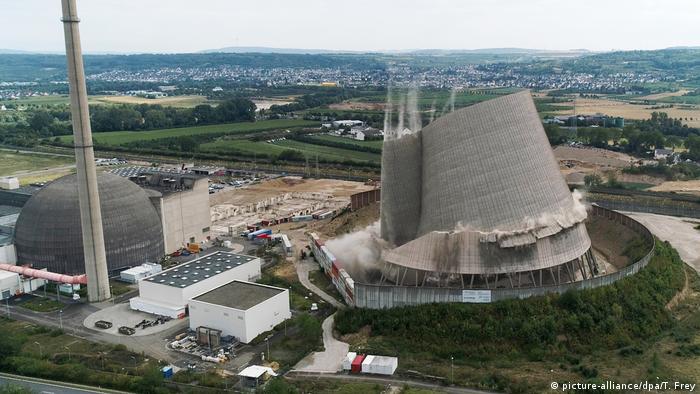Охладительная башня АЭС в Мюльхайм-Керлихе в момент контролируемого обрушения