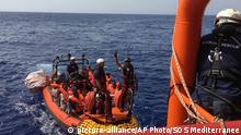 Seenotrettung Ocean Viking rettet erste Migranten