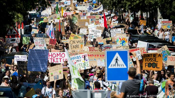 Fridays for Future - Lausanne (picture-alliance/KEYSTONE/J. C. Bott)