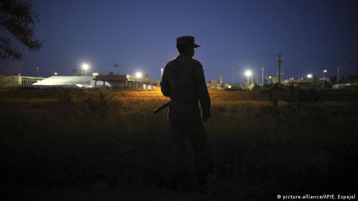 Policial militar perto da ponte de fronteira que cruza o rio Rio Grande, em Matamoros, México