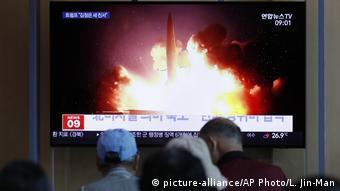 Südkorea Seoul   TV-Berichterstattung zu Nordkoreas Raketenprogramm (picture-alliance/AP Photo/L. Jin-Man)