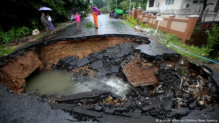 A destroyed road following a landslide in southern Myanmar (picture-alliance/Xinhua/U. Aung)