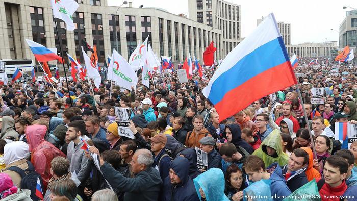 Manifestantes em Moscou protestam contra o impedimento de candidatos da oposição de concorrerem na eleição municipal