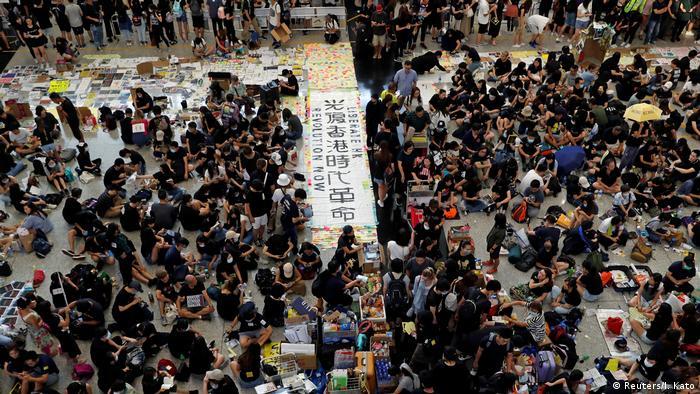 Hong Kong | Proteste am Flughafen gegen das Auslieferungsgesetz (Reuters/I. Kato)