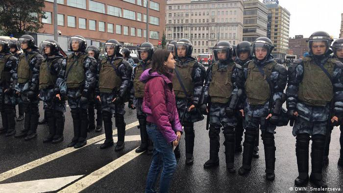 Девушка перед полицейским кордоном