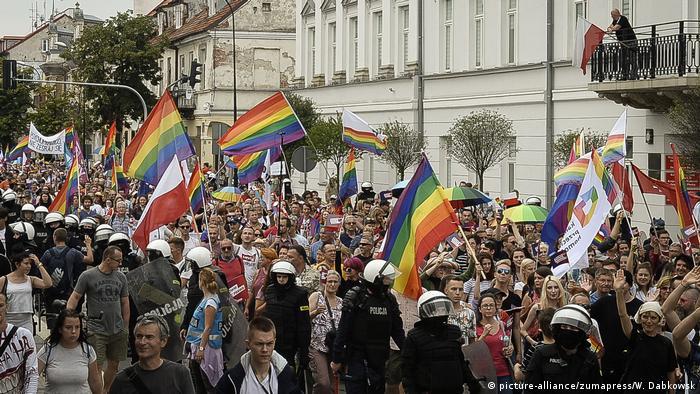 در لهستان نیز روز شنبه ۲۰ مرداد (۱۱ ژوئیه) به دعوت انجمن LGBT، متشکل از همجنسگرایان، دوجنسیتیها و تراجنسیتی در شهر پوتسک تظاهراتی با حضور دوهزار نفر برگزار شد. صدها راستگرا نیز تظاهراتی در مخالفت با آنان برپا کردند. پلیس با حضور پررنگ خود تلاش کرد مانع از درگیری شود. هدف از این تظاهرات برابریطلبی برای همجنسگرایان، دوجنسیتیها و دگرباشان جنسی با سایر افراد بود.