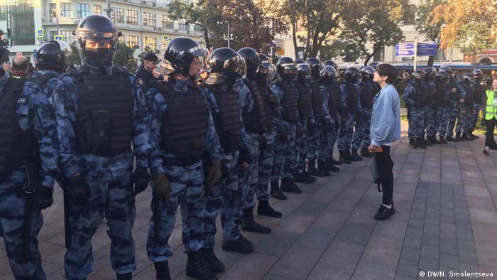 Участник протеста перед полицейским оцеплением