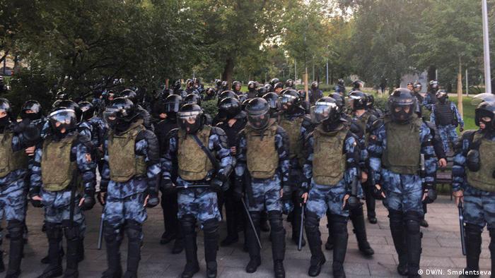 Russische Polizisten stehen in Moskau für den möglichen Einsatz bei einer Protestkundgebung bereit ( (Foto: DW/N. Smolentseva)