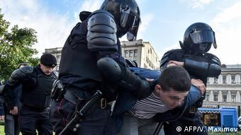 Задержания участников протестов в Москве бойцами Росгвардии