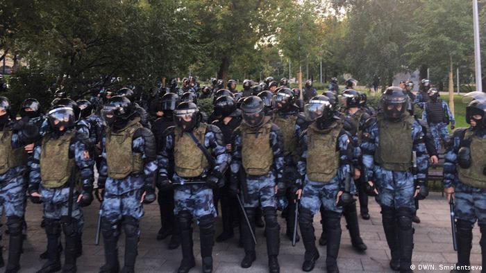 Полицейский кордон во время акции протеста в Москве, 10 августа 2019 года