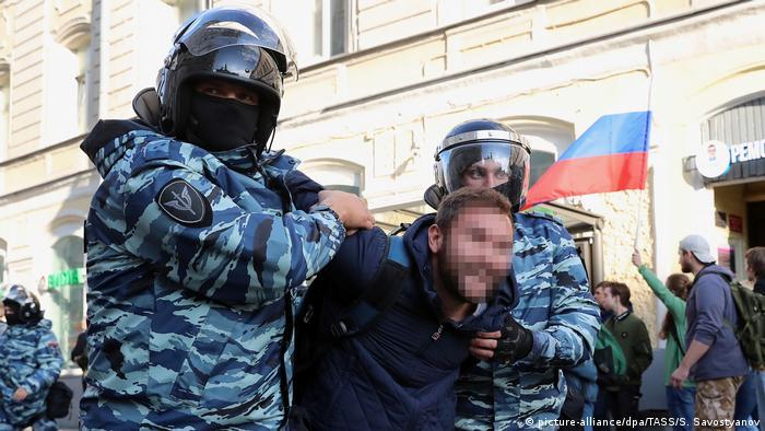Здержание полицией одного из участников протестов в Москве
