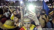 10.08.2019, People shine the lights of their mobile phones during an anti-government protest in Victoria Square, outside the government headquarters in Bucharest, Romania, Saturday, Aug. 10, 2019. Thousands joined a protest, demanding the resignation of the government, one year after a similar rally turned violent and left dozens of participants and members of the riot police injured.(AP Photo/Andreea Alexandru)