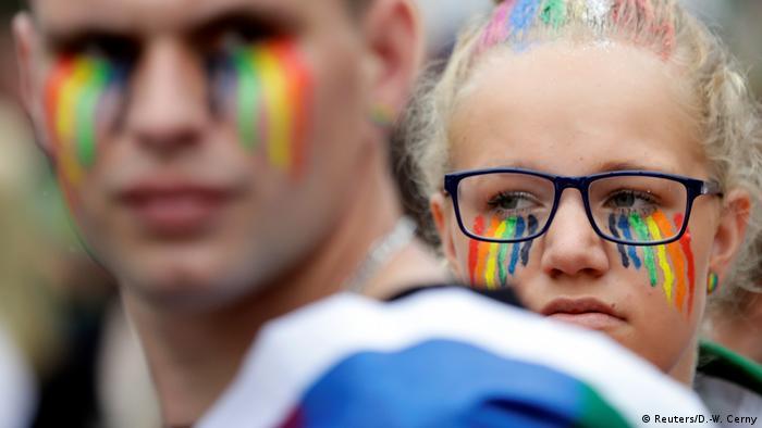 Gays e lésbicas participam de manifestação em Praga, na República Tcheca