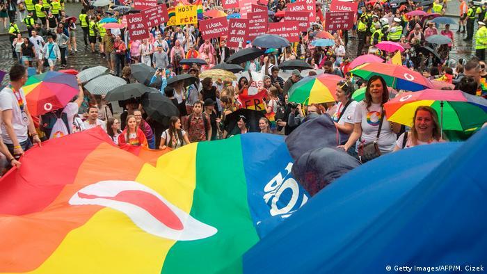 حتی باران هم مانع از آن نشد که دهها هزار نفر در حمایت از دگرباشان جنسی به خیابانهای پراگ، پایتخت جمهوری چک سرازیر شوند. آنها با پرچمها و چترهایی با نقش رنگینکمان و لباسهایی چشمگیر بخش قدیمی شهر را پیموده و حمایت خود را از گونهگونی تمایلها و علائق نشان دادند.