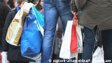 Deutschland Symbolbild   Einkaufen mit Plastiktüten