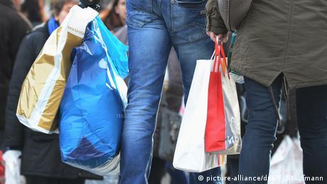 Deutschland Symbolbild | Einkaufen mit Plastiktüten (picture-alliance/dpa/F. Kraufmann)